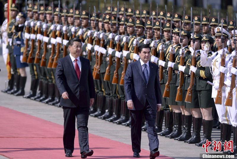 Chinese president Xi Jinping and Turkmen president Gurbanguly Berdymukhamedov inspect the PLA's mixed sex honour guards.  Copyright: Chinanews.com